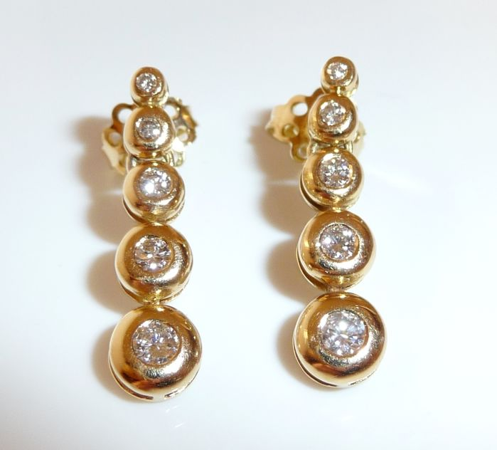 Earrings made of 18 kt / 750 gold with 0.70 ct diamonds in brilliant cut, 24 mm long