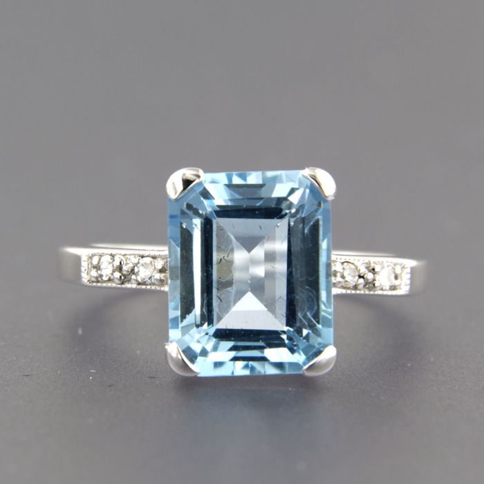 14 kt white gold ring set with topaz and 4 single cut diamonds, ring size 17.25 (54)