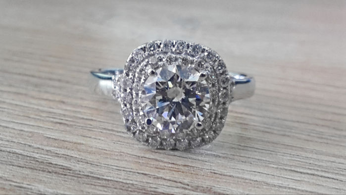 2.00 ct diamond halo ring made of 14 kt white gold - size 7,5