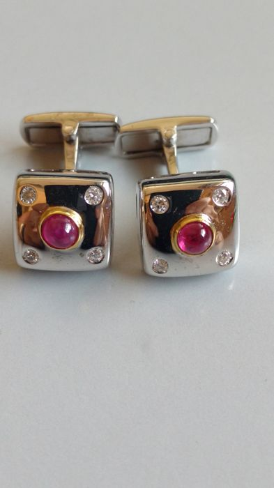 Cufflinks in 18 kt yellow and white gold, with 8 brilliant cut diamonds for 0.16 ct, H/VS and 2 cabochon cut rubies for 0.95 ct