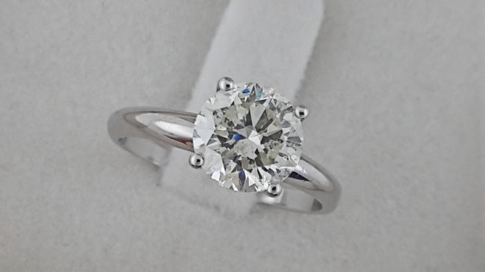 2.00 ct round diamond ring made of 14 kt white gold - size 7