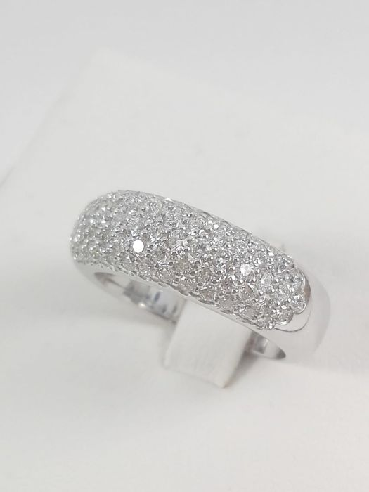 Women's band ring by 'Massimo Raiteri', in 18 kt white gold and natural diamonds totalling 0.94 ct Weight: 8.3 g.