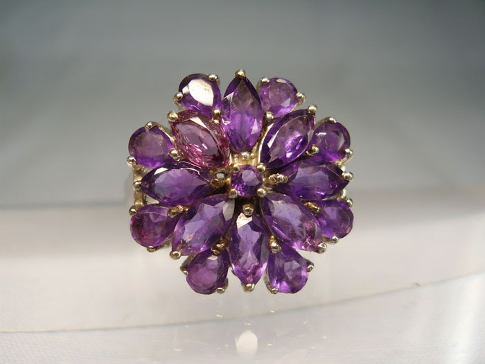 Cocktail ring with faceted amethysts of approx. 3.5 ct in total.