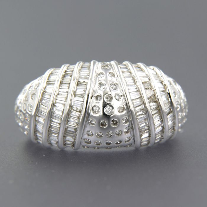 18 kt white gold ring set with taper-shaped and brilliant cut diamonds of approx. 1.00 ct in total - ring size 17.75 (56)