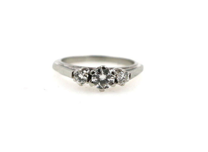 14 kt white gold ladies' ring with 0.60 ct of diamonds - ring size 49 EU - free size adjustment