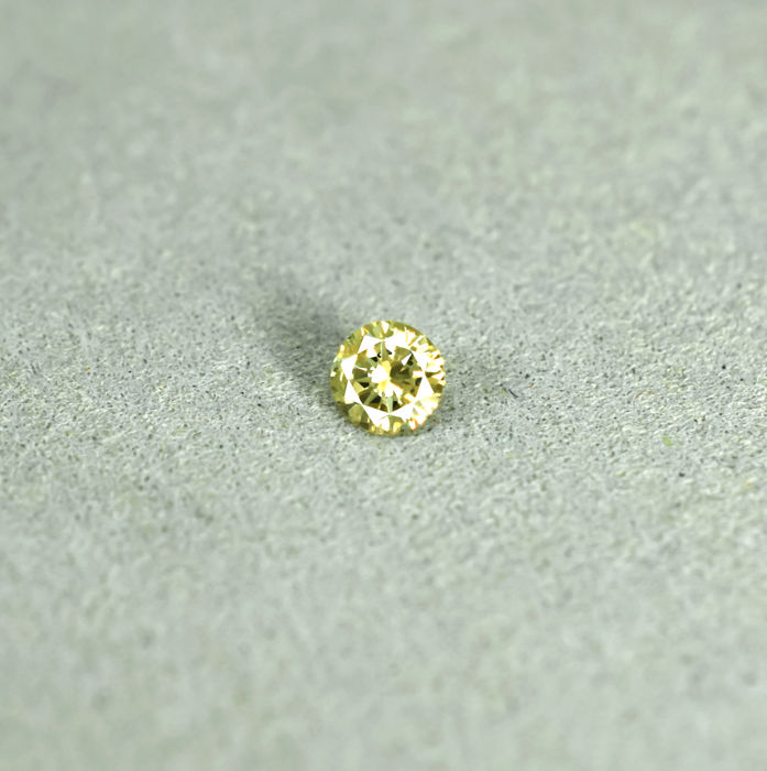 Natural Fancy Greenish Yellow Diamond - 0.17 ct, NO RESERVE PRICE
