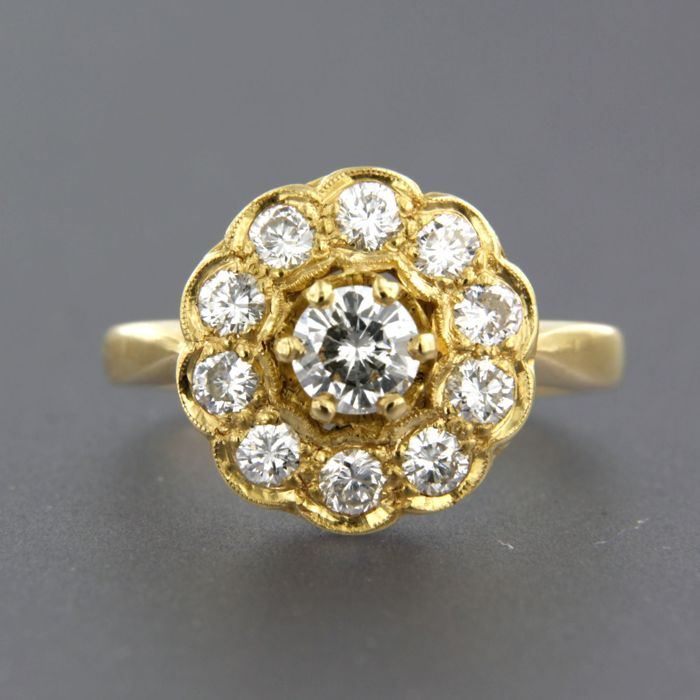 20 kt yellow gold entourage ring set with 11 brilliant cut diamonds of approx. 1.00 ct in total