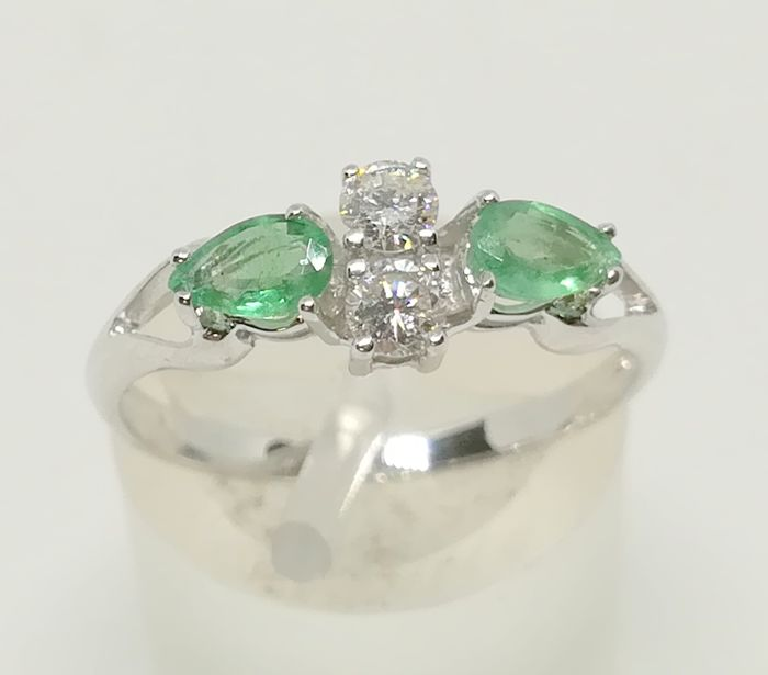 18 kt white gold cocktail ring with diamonds (0.20 ct) and emeralds (0.40 ct) - Tatum 11