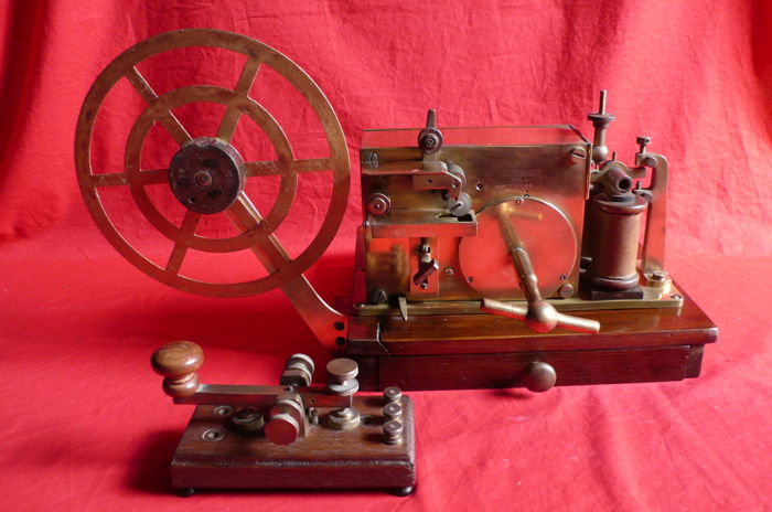 Brass / bronze / wood - Morse telegraph and its transmission keyboard - Germany - 19th.