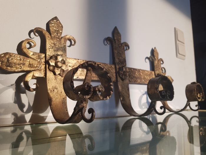 Coatrack in gilded medieval wrought iron - in the shape of lilies  - 19th century