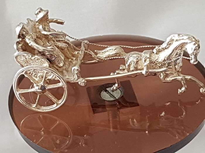 Silver miniature of a carriage, with man and woman, pulled by a horse, Dutch hallmark, 1976