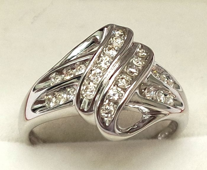 18ct White Gold Diamond , 24 pieces diamond; Ring Size N 1/2