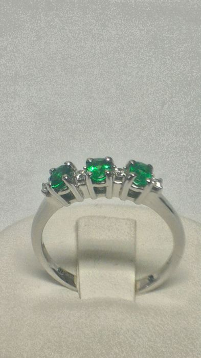 Giorgio Visconti - 750 white gold ring with emeralds, 0.39 ct and brilliant cut diamonds, VS-G, 0.08 ct