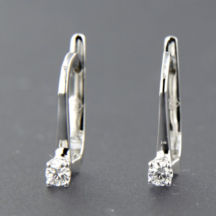 18 kt white gold solitaire dangle earrings set with brilliant cut diamond, approx. 0.10 carat in total