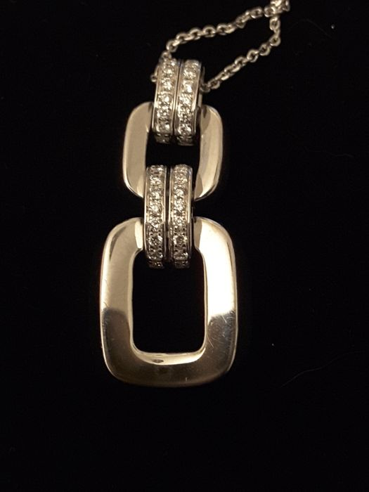 Chimento - 18 kt white gold necklace with pendant The necklace is 44 cm long. The pendant has 28 brilliant cut diamonds for a total of 0.40 carat points The pendant is 3 cm long