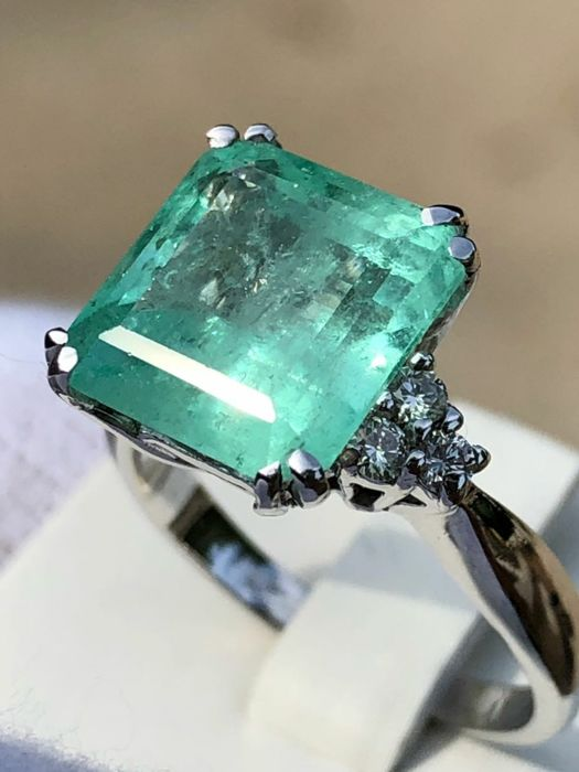 18kt gold ring with exceptional 5.1 ct Emerald and diamonds totalling  0.35 ct  VVS E / D ***No Reserve***