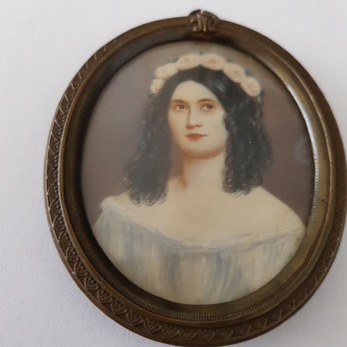 Distinguished lady with garland - Ivory portrait miniature - ca. 1900