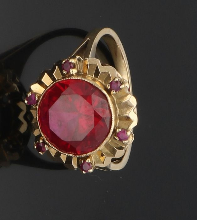18 kt - Vintage - Yellow gold ring set with synthetic ruby and 6 small rubies - Ring size: 17.75 mm