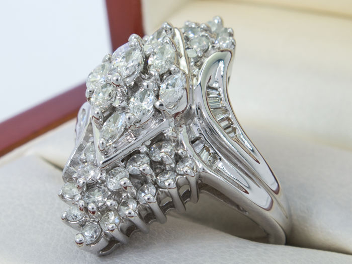 1.57Ct -  white gold diamond entourage ring - VVS to SI - **No Reserveprice**.