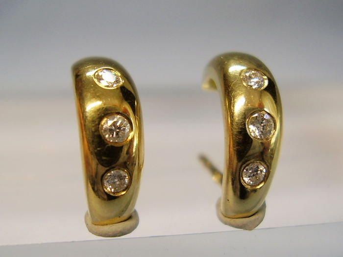 14 kt gold stud earrings with natural diamonds of 0.07 ct in total