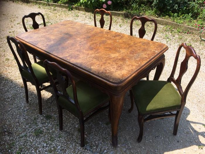 Dining table in Venetian Baroque style in solid walnut with briar inserts, with six (6) chairs upholstered in green fabric - original from the early 20th century