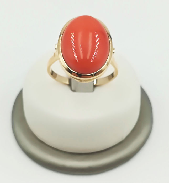 18 kt yellow gold ring with oval-shaped coral stone, size 22, total weight  7.16 g