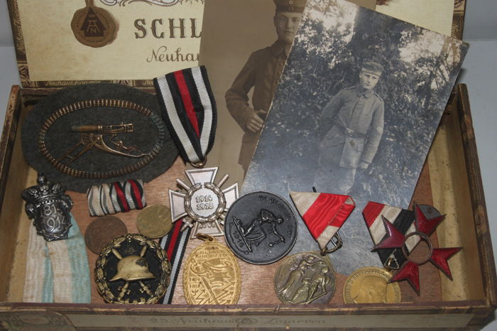 Convolute estate of a soldier from WW1 Württemberg - badges, pictures, patches, etc. In old cigar box