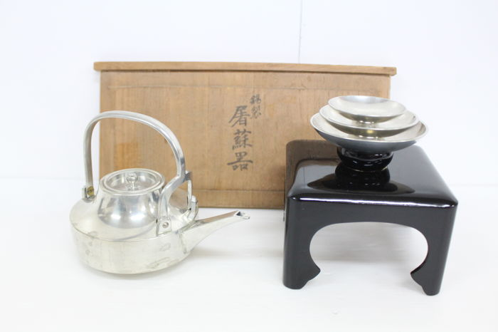 A tin sake set (kettle, dishes, lacquered stand) - Marked 'Watahan' 錦半 - Japan - Mid 20th century
