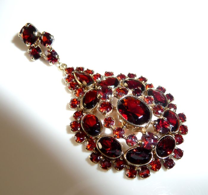 Large pendant in 333 / 8 kt set with dark red Bohemian garnet approx. 53 mm