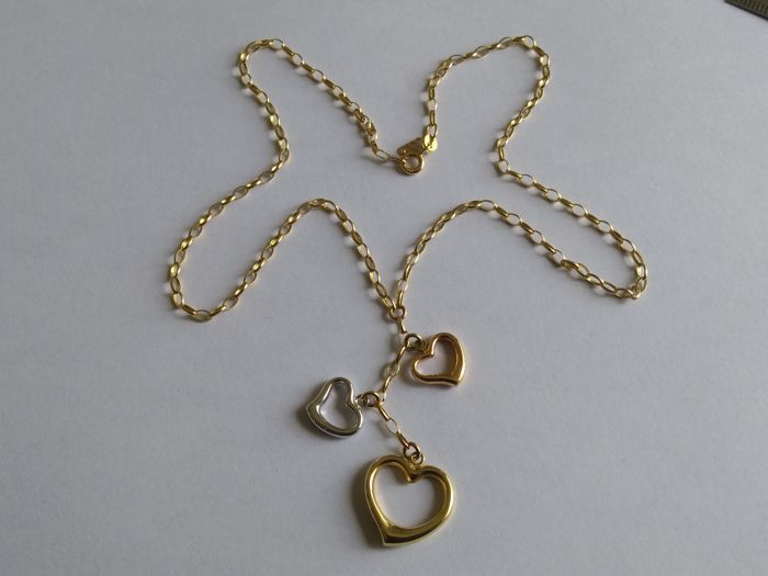 Necklace in 18 kt (750) yellow gold, with pendant composed of 3 hearts in 18 kt yellow gold, 18 kt white gold and 18 kt rose gold, and chain measuring 40 cm in length