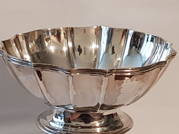 Round profiled silver bowl on silver base with slanting ribbed edges, The Netherlands, ca 1930