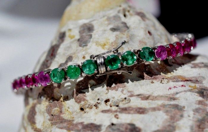 18 ct white Gold Bracelet - set with 13,42 ct  Rubies and 1,58 ct Emeralds - size 18,50 cm.