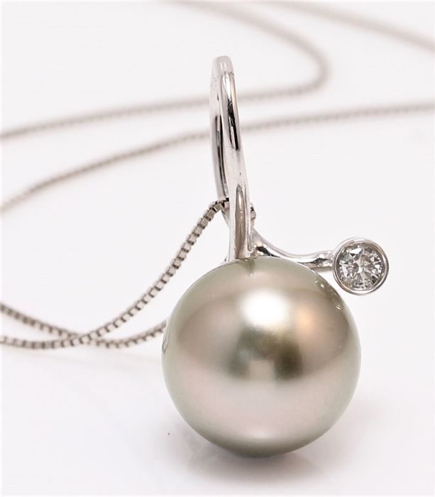 18K White Gold Necklace Featuring an 0.03Ct VS G Diamond and a Beautiful Tahitian Pearl