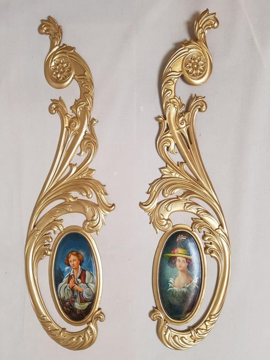 Two pendants, oval paintings depicting gallant scenes - In fully ornamented gilt wooden frames in rocailles - Second half of the 20th century