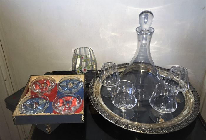 4 Royal Leerdam hand made crystal wine glasses with Leerdam crystal decanter & Leerdam Vase with flower decor & 4 star glass chandeliers.