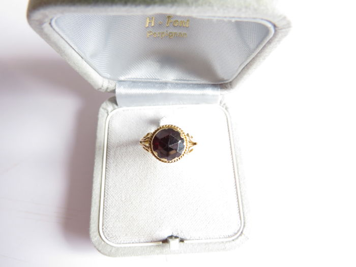 ***ring in yellow gold enhanced with a magnificent garnet***