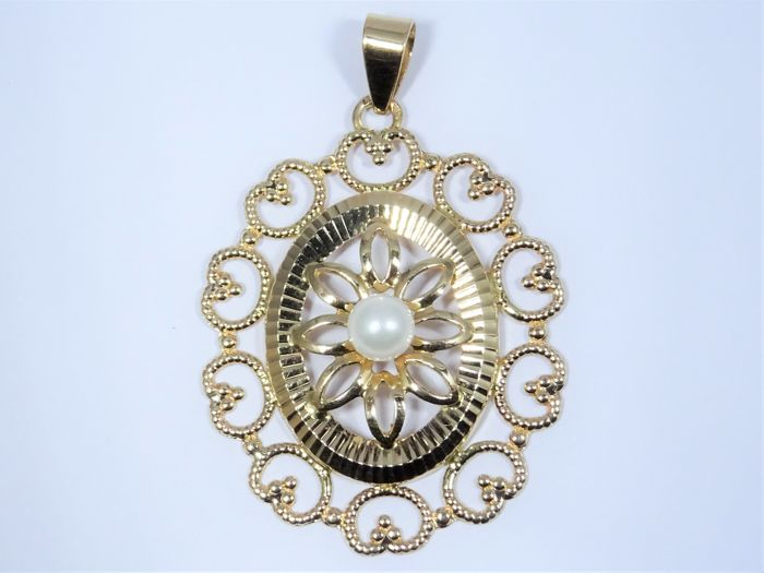 18 kt gold pendant of 3,7g set with a pearl. Sizes: 29x44mm (with loop)