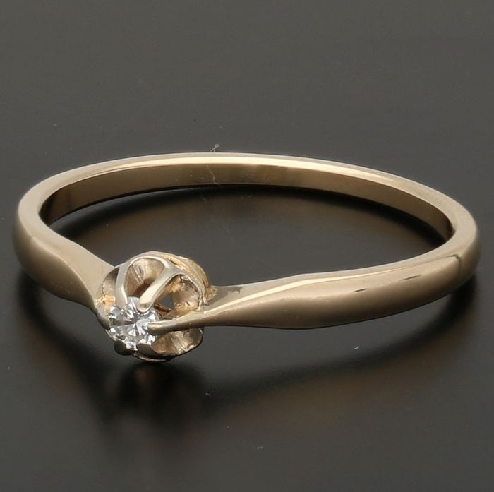 14 kt - Yellow gold solitaire ring set with a brilliant cut diamond of approx. 0.03 ct in a white gold setting - Ring size: 17.25 mm