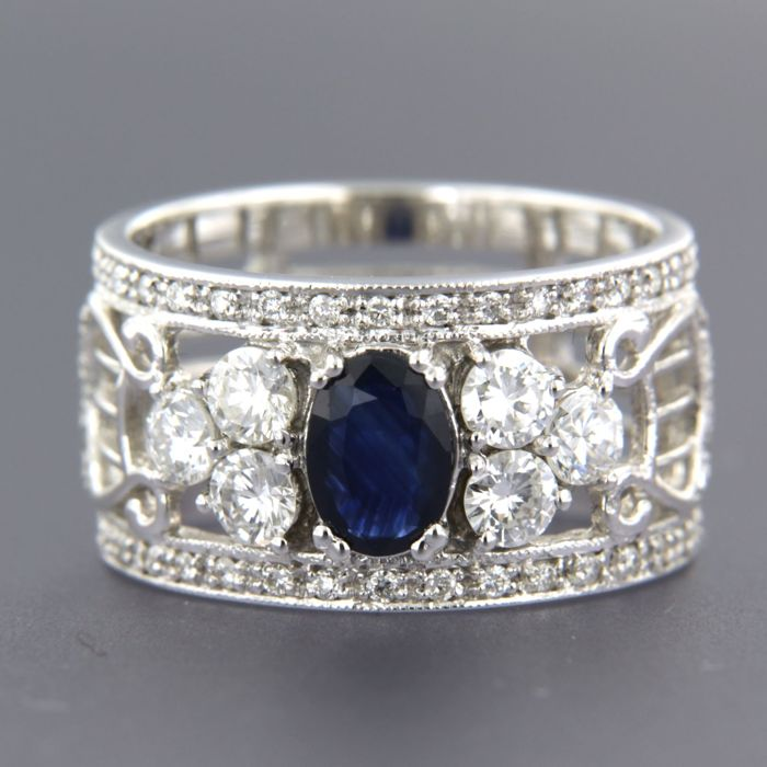 14 kt white gold band ring with harp design, set with centrally a sapphire and 54 brilliant cut diamonds of approx. 1.01 ct in total, ring size: 17 (53)