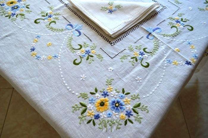 Wonderful tablecloth for 12 people - Bellavia Ricami 100% pure linen with satin stitch embroidery - entirely handmade