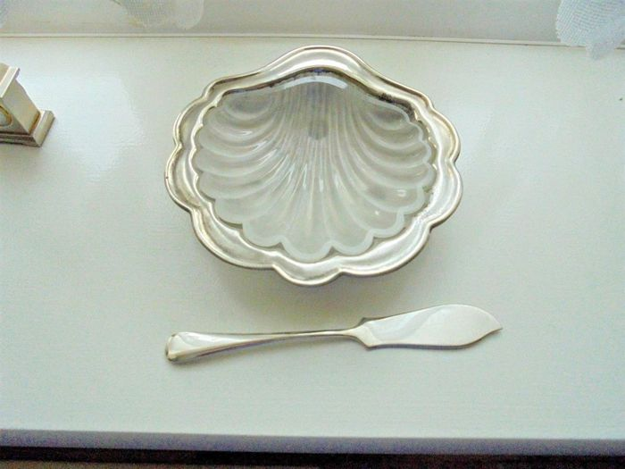 Silver plated shell-shaped butter dish with glass insert, with knife