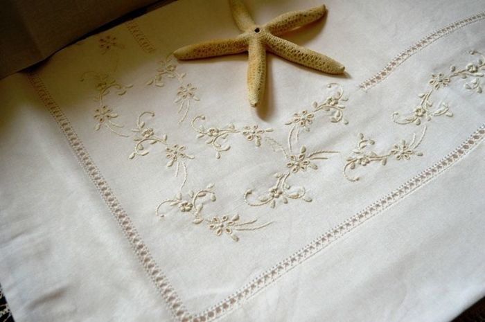Double bedsheets in linen blend with embroidery in padded satin stitch and handmade peahole stitch