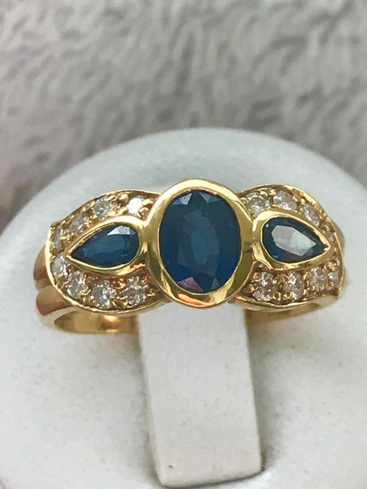 Ring in 18 kt yellow gold set with sapphires and diamonds of 1.62 ct in total