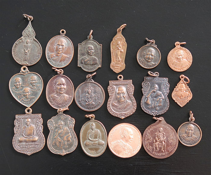 18 large monastery amulets from Thailand representing renowned monks - Talismans
