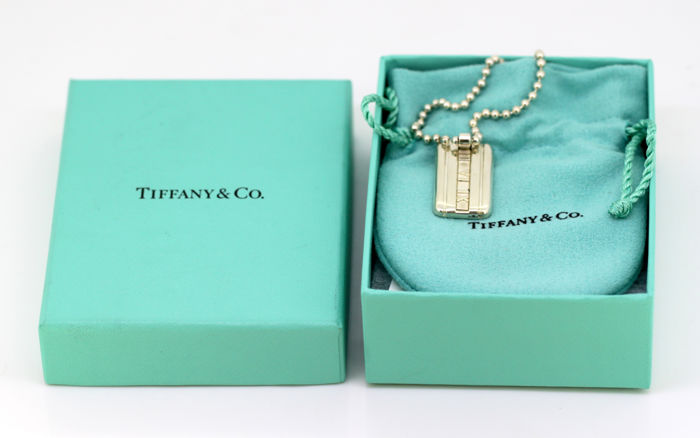 """Tiffany & Co - Sterling silver necklace with """"Atlas"""" pendant, 2003 - Necklace Length : 42 cm - Pendant Size : 3.3 x 1.6 x 0.3 cm"""