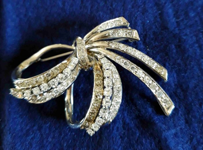 White gold brooch with huit huit cut diamonds