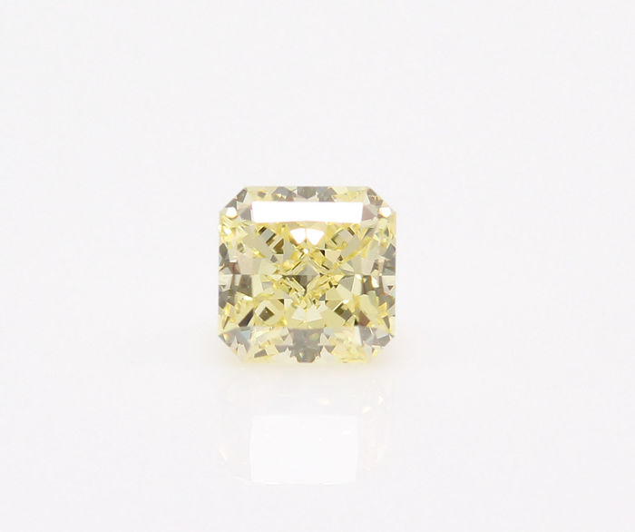 0,59 ct GIA Cut Cornered Square Modified brilliant, Natural Fancy Yellow, Internally Flawless