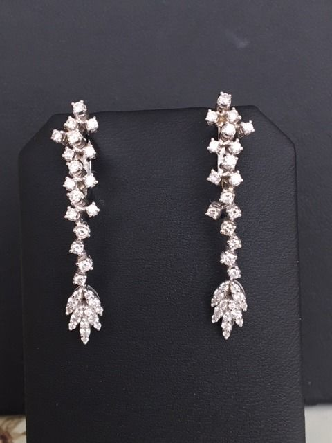Stunning 18 kt white gold dangle ear studs with in total approx. 1.10 ct brilliant cut diamonds G-H VS/SI