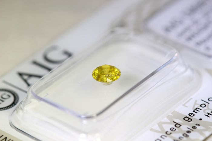 * NO RESERVE PRICE * - Fancy Intense Greenish Yellow Diamond - ( Color Treated ) - 0.48 ct