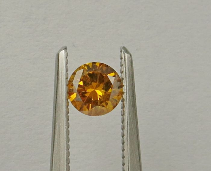 Round-shaped diamond weighing 0.35ct Fancy Vivid Orange Yellow I1